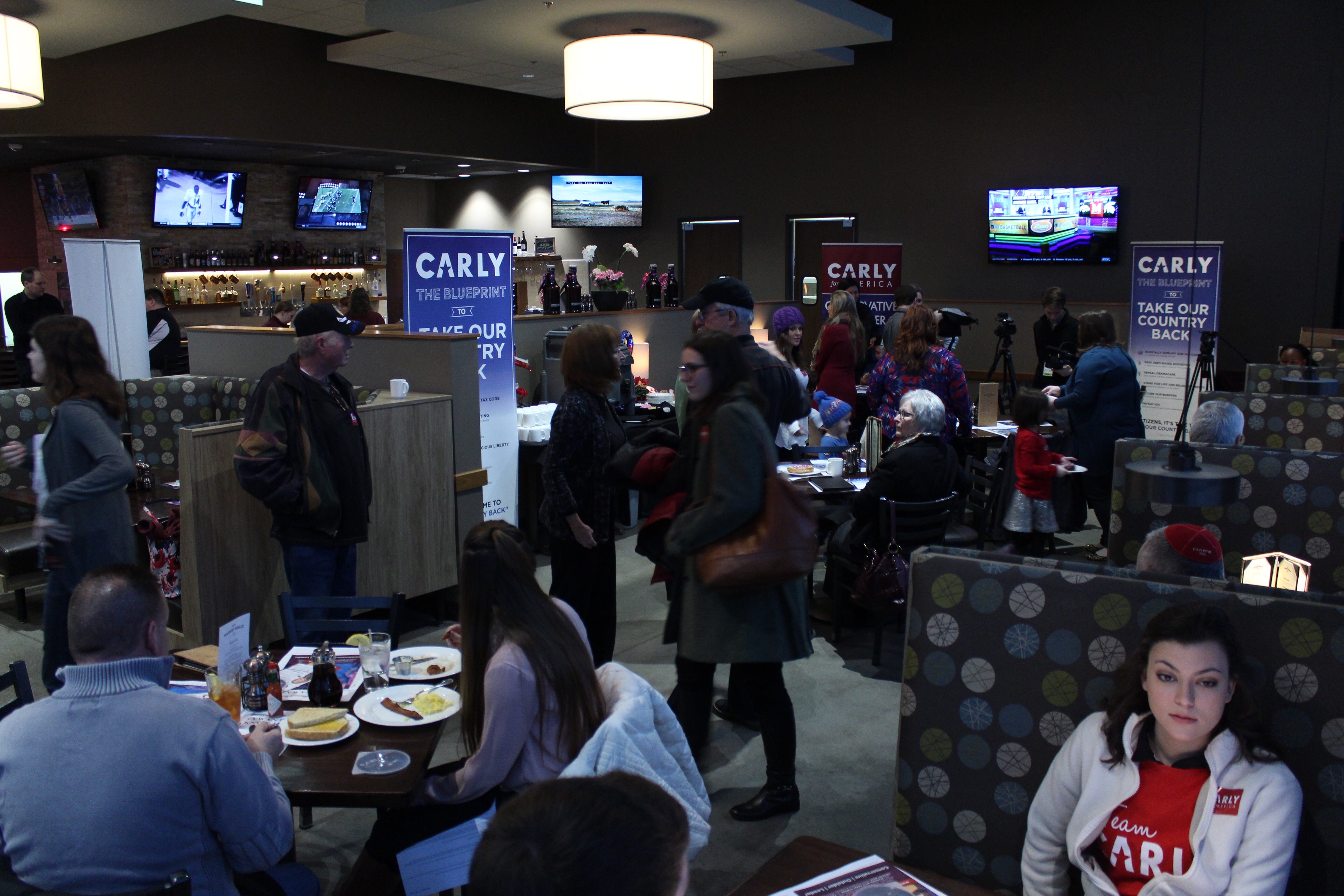 Iowa citizens, volunteers and curious citizens gather to hear Carly Fiorina speak.